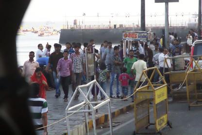 La gente pasea por los alrededores de la Puerta de la India