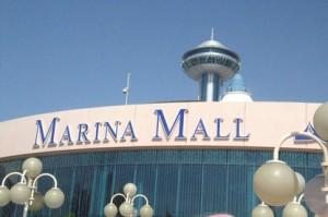 El Marina Mall y detrás su Torre del Cielo (Sky Tower) que tiene un ascensor que te lleva aun restaurante y cafetería en la parte superior. El uso del ascensor está incluido en el precio del billete del Big Bus Tour, e incluye un descuento en las consumiciones del bar y restaurante