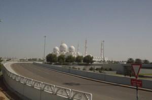 Según nos acercamos, la mezquita se ve como tres enormes cúpulas blancas, muy blancas