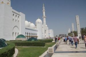 A la izquierda la mezquita propiamente dicha con sus torres y bóvedas. A la derecha las torres que ocultan los focos que iluminan el edificio por la noche.