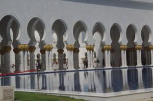 Arcos y columnas reflejadas en el estanque.