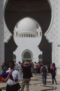 Contrastes: blanca la pared de la entrada, blancas deslumbrantes las cúpulas del fondo y en el medio un negro profundo. Negro y blanco. Blanco y negro.