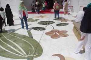 El suelo está decorado con temas florales incrustados en el mármol con piedras semipreciosas: venturita, onix rojo,...