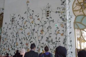 Las paredes están recubiertas de símbolos florales