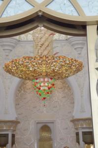 Una lámpara fabricada por Swarovsky en Alemania. Hay diez similares. cada una mide nueve metros de altura y pesa nueve toneladas