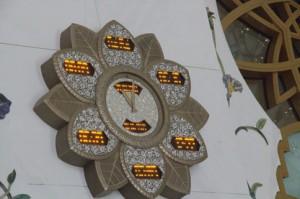 Reloj con diversas horas. Los colores se mantienen. El reloj tienen luces que simulan el dorado.