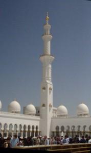 Patio de la mezquita. Las estanterías de madera que se ven abajo son para dejar los zapatos antes de entrar al interior de la mezquita