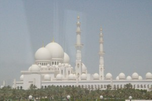 Ka mezquita tras los cristales del autobús. Arriba hay asientos sin cristales, pero el viento resultaba desagradable y decidimos bajar