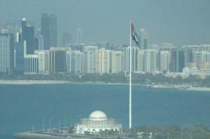 Mezquita con el mástil de la bandera de los Emiratos.