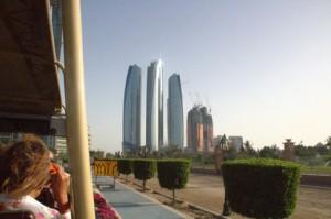 Las torres Etihad y al fondo con un precioso color cobrizo  el hotel Bab Al Qsar