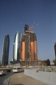 La luz del sol poniente tiñe de cobre al hotel Bab Al Qsar y de plata los costados de una de las torres Etihad