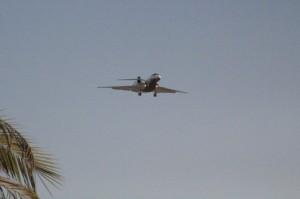 Un avión la sobrevuela