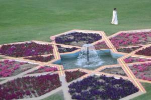 Abajo, a nuestra derecha, un jardín y una fuente