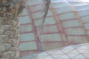 """El edificio tiene una curiosa bóveda con """"tejas"""" metálicas que recuerdan al Gugenheim."""