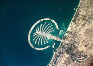 La Isla Palmeras Jumeirah vista desde la estación espacial internacional, con teleobjetivo. Foto de Wikipedia
