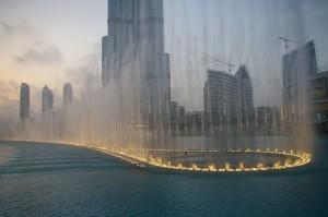 La fuente de Dubái, entre la torre Butj Khalifa y el Dubai Mall. Foto de Wikipedia