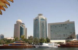 """Izquierda hotel Etisalat. En el centro """"Dubai Creek Tower"""" que podríamos traducir como la """"Torre de la ría Dubái""""."""
