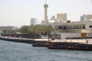 Ría de Dubai. En el centro el minarete de la mezquita de xxxx