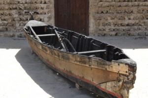 Una de las viejas barcas que transportaban a las gentes de una a otra orilla ha quedado varada en el museo