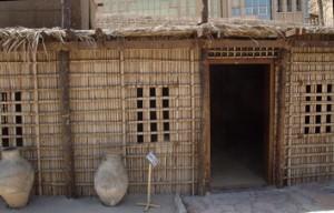 Casa, la habitación única hecha de hojas de palma