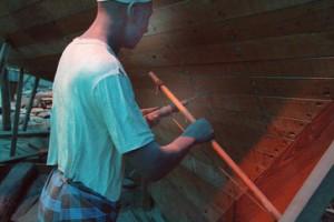Berbiquí giratorio. La cuerda y el arcos al moverse lateralmente producen un movimiento circular en la cabeza del berbiquí