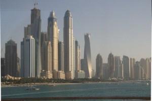 Al fondo, los rascaielos más altos de Dubái