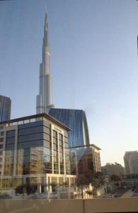 En el primer plano la extensión de los grandes alamacenes de Dubái. Al fondo la torre Burj Khalifa