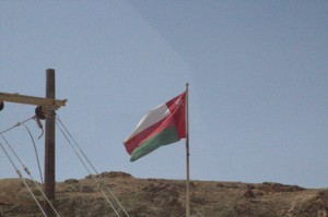 La bandera de Omán a la entrada del puerto.