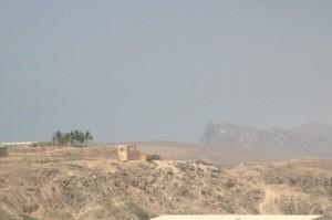 Una vista desde el puerto. Da la sensación de que tras esa colina, antes del acantilado de roca, hay una playa. Es cierto, la hay.