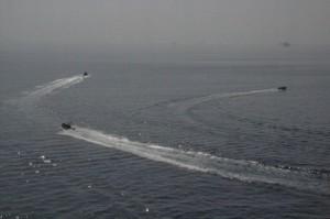 Por fin las tres lanchas se lanzan a toda velocidad hacia Yibuti