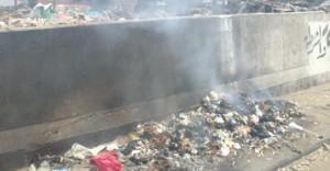 A veces las basuras están ardiendo. Supongo que por higiene.