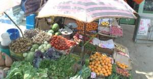 Mercadillo de frutas al lado de la carretera