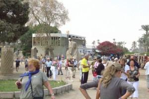 Al fondo a la izquierda el edificio que hoy conserva la estatua de Ramses II