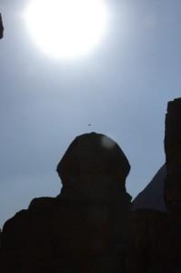 El Sol sobre la esfinge