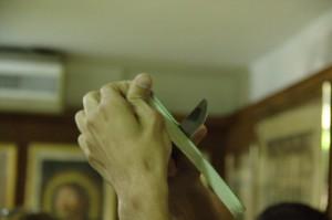 Para elaborarlo se cortan tiras finas del tallo del papiro