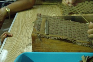 Después las tiras se ponen sobre una tela de forma que se solapen
