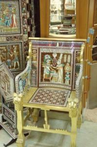 Otra silla en la que te sientas sobre un tableo de ajedrez