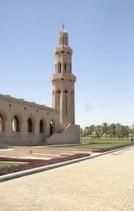 En una esquina un minarete de 45 m