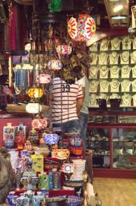 Una tienda, con lámparas chinas, en el interior del zoco