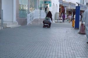 Señora llevando un carrito de niño