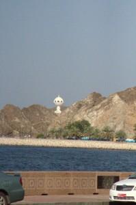 Al fondo el incensario el parque Riyam