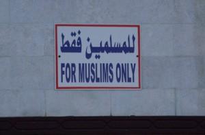En la mezquita nos advierten que la entrada es para musulmanes