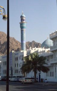 Otra mezquita en el camino. El minaretey la cúpula  azules le dan un toque interesante