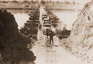 Ejercito egipcio cruzando el canal de Suez. Gentileza de Wikipedia.