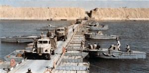 Egyptian troops cross Suez 1973