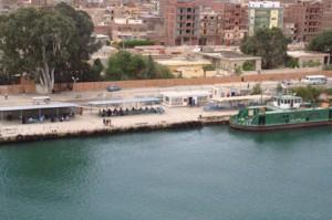 Gente esperando a los barcos