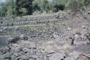 Por el camino se ven las huellas de la reciente erupción: las cenizas volcánicas recubren las carreteras
