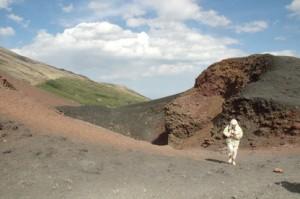 Cerca del cráter. hace frío. Sopla el viento