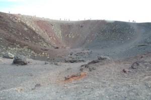 Observen los distintos tonos de la lava: rojizos, blancos, negros e incluso azulados