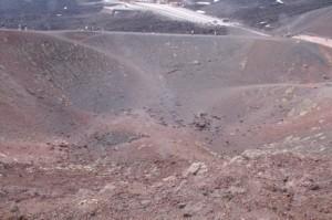 Esta foto nos permite hacernos una buena idea del tamaño del cráter. las manchitas del borde son personas
